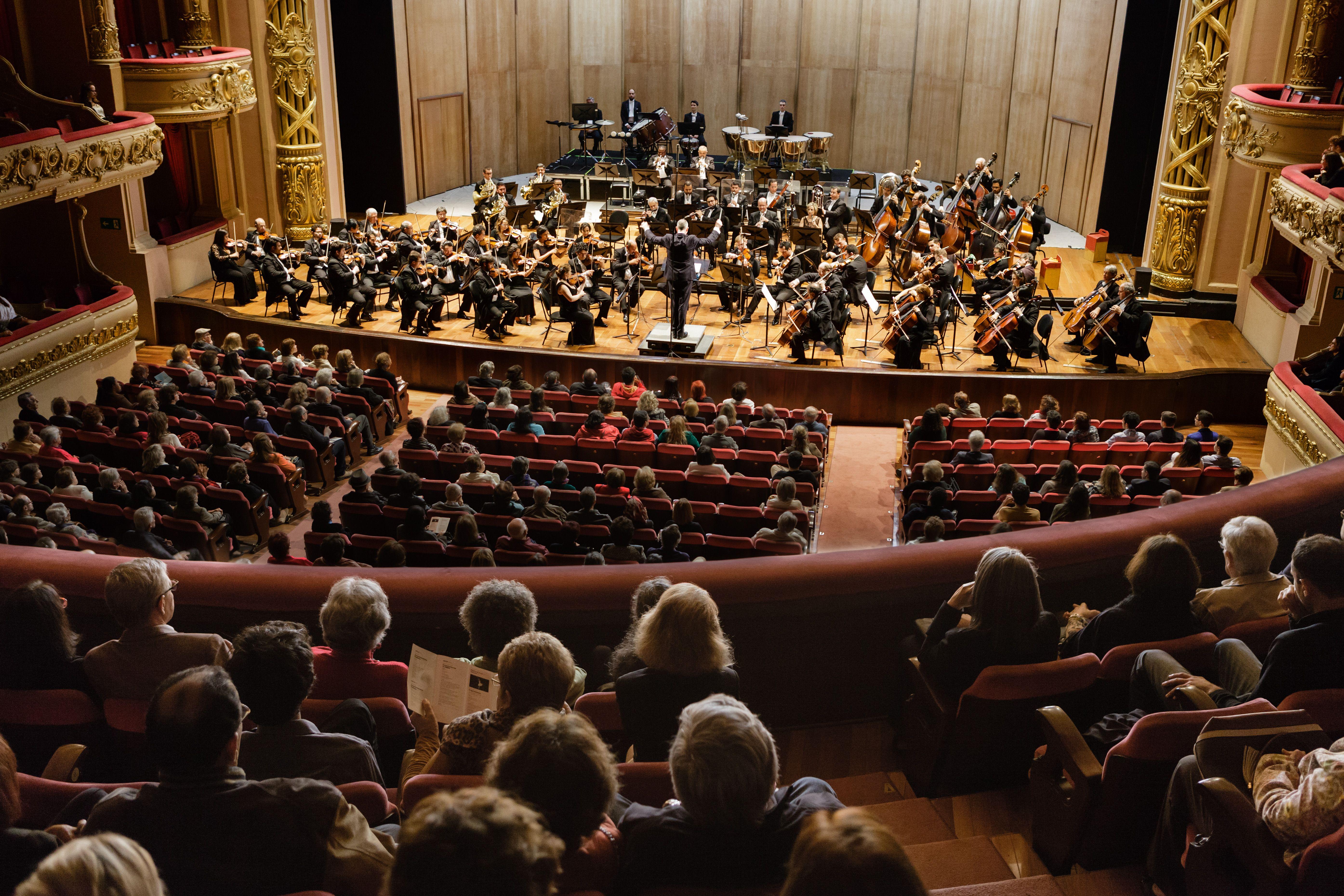 OSB no palco do Theatro Municipal do RJ com o Maestro Neil Thomson. Foto: Cicero Rodrigues