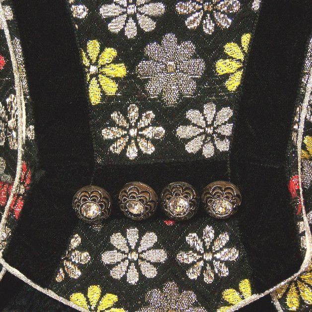 Sehr schönes Trachtenmieder mit Schößchen aus aus Brokat, schwarz mit silbernen, roten und gelben Blümchen. Es ist mit schwarzer Samtborte und vier wunderhübschen Strassknöpfen verziert....