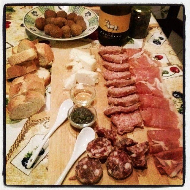 #Ciauscolo #salsiccia #crematartufo #formaggio&miele #prosciutto #crostini #vinobianco. .... nelle #Marche si mangia troppo bene!!!!!!