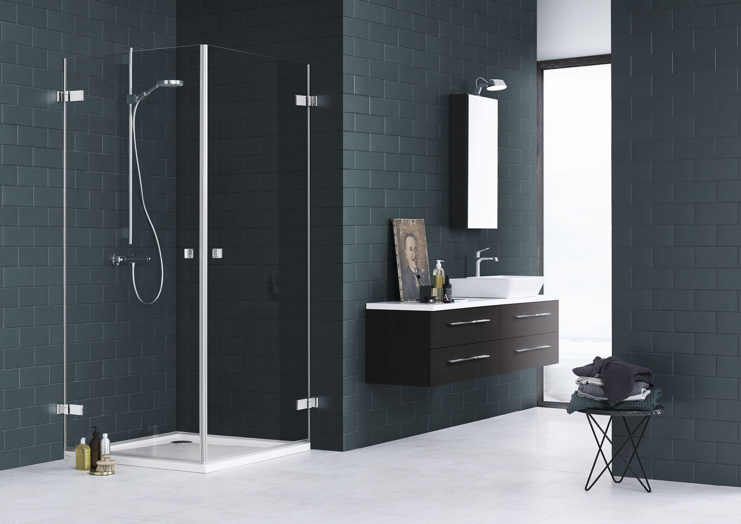 The AIR shower series is designed with a simple floating expression. Here the two doors solution is combined with a dark oak Calidris vanity unit.