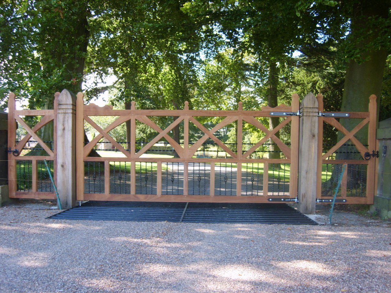 Driveway gates wooden excellent driveway fence gates for Single gate designs for homes