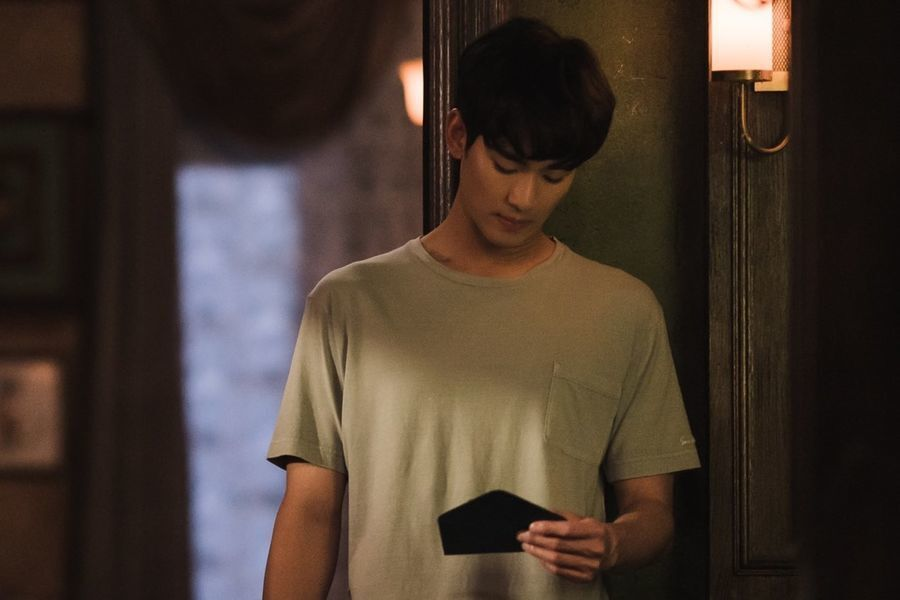 "Kim Soo Hyun Discovers A Mysterious Letter In ""It's Okay To Not Be Okay"""