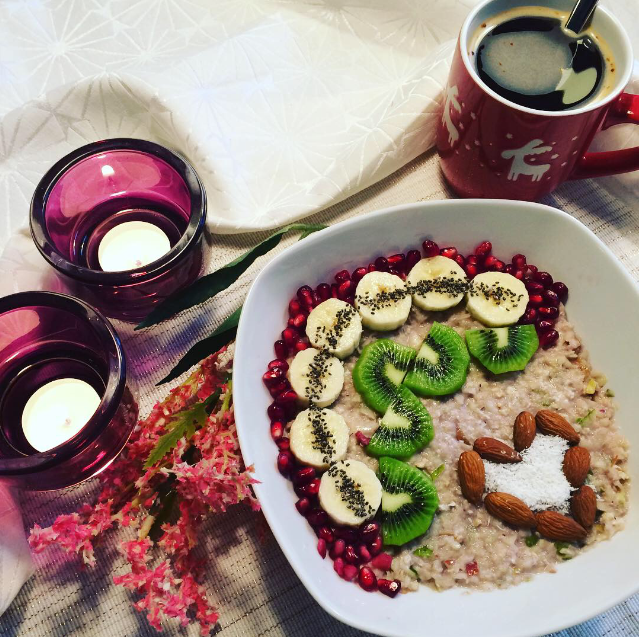 Apple-Pear-Oatmeal with all these lovely fruit-toppings #breakfast #breakfastlove #breakfastlover