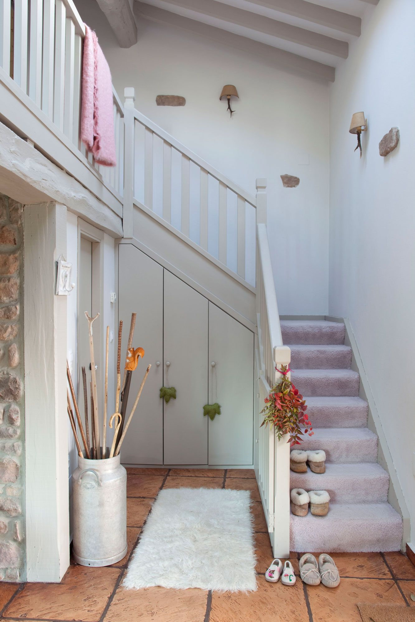 Recibidor r stico con armario a medida bajo la escalera for Decoracion piso bajo