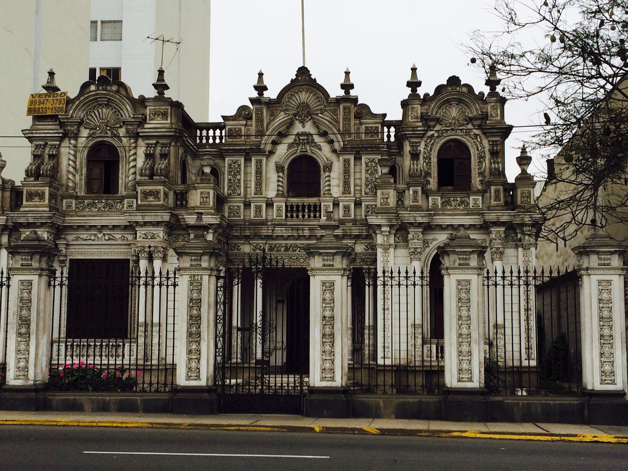 Casa Suarez ( Av. Arequipa 4275)  Replica a escala del Palacio de gobierno.  scale replica of the presidential palace of Peru made in1939 aprox)