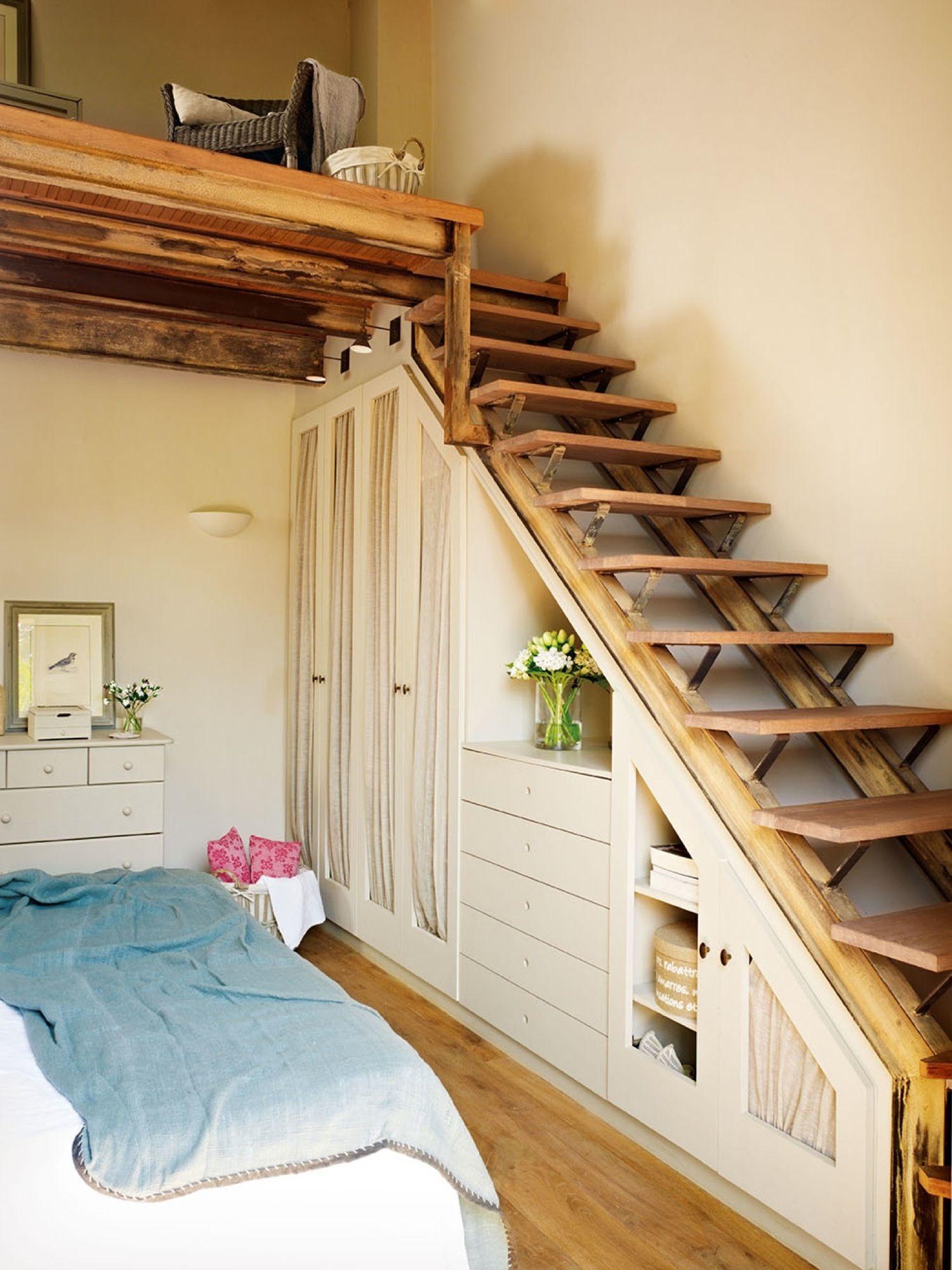 Recibidor r stico con banco de madera y colchonetas for Bajo escaleras de madera