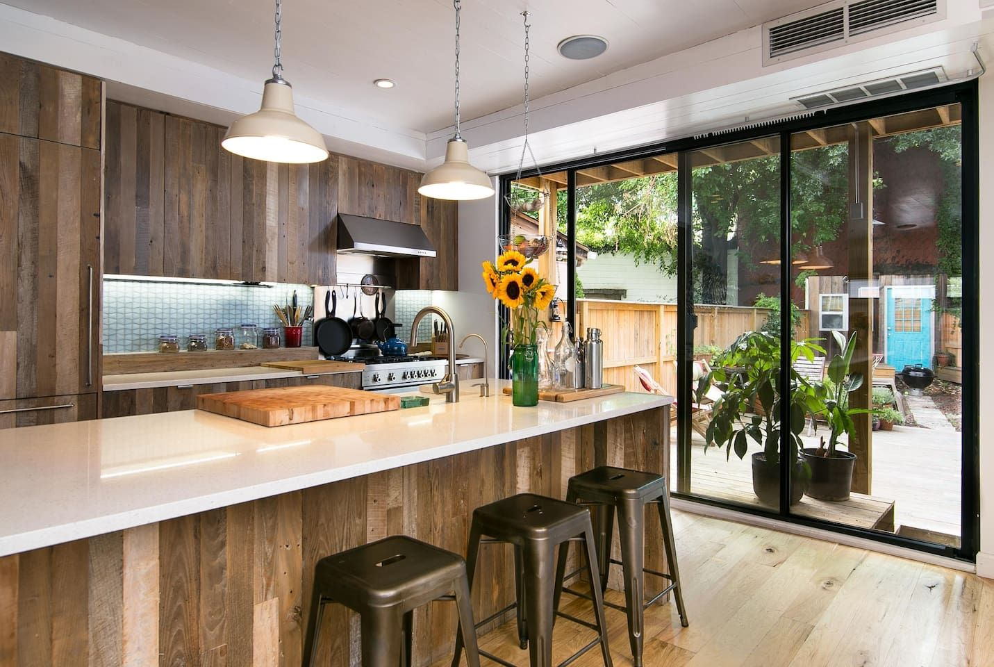 Maison à Brooklyn, États-Unis. This is a custom built private home 1 block from Mccarren Park and 5 minute walk to the Bedford L train. Complete with Chefs Kitchen, open floor plan, 2 full bedrooms and 2 bathrooms. Large backyard with lounge area and seasonal guest cottage. We ...
