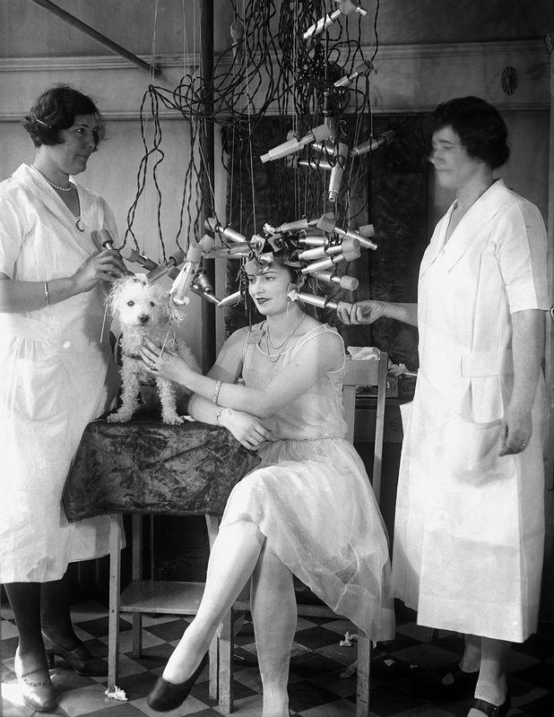 Знаете как модницы завивали себе локоны? Обычно с помощью  щипцов, нагретых на плите. Но особо продвинутые делали долгосрочную 6-ти месячную завивку с помощью электроплойки.