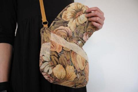 .Pochette en bandoulière toile fleurie et dentelle.  www.facebook.com/MAgo2013