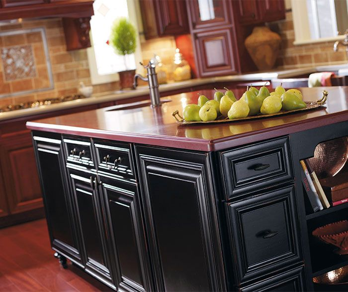 A Hallmark Of An Old World Kitchen Is Ornate Mouldings And Rich