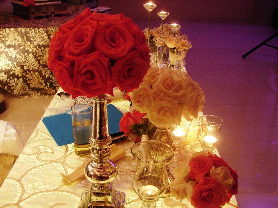 Decoración vintage se basa en pequeños floreros y encaje