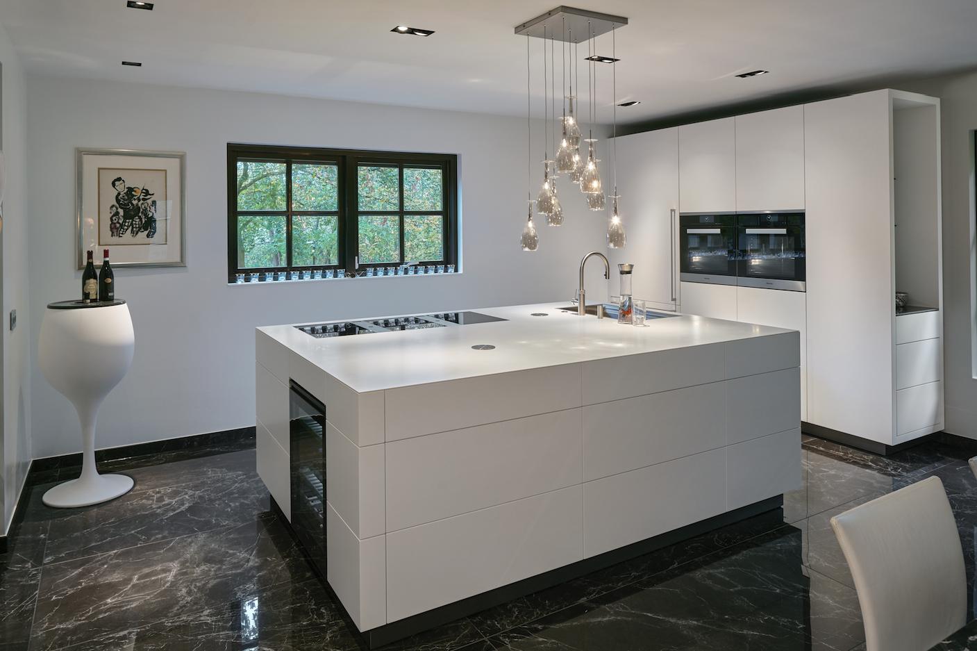 Strakke Design Keukens : In deze strakke design keuken komt het witte eiland goed tot zn