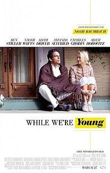 While we're Young (Yhdysvallat 2014). Menin katsomaan tätä leffaa suurin odotuksin mutta petyin kieltämättä hieman. Paikallaan junnaava ura ja ulkopuoliseksi perheellisten seurassa tunteminen ovat toki kelpo aineksia neljänkympin kriisistä kertovaan elokuvaan, mutta olisi aiheesta saanut paljon herkullisempiakin juttuja irti. Ohjaaja Noah Baumbach kuulemma rakastaa Woody Allenin filmejä. Dialogi ei ehkä ollut yhtä terävää kuin Allenilla, mutta jotain woodyallenmaista tässä kuitenkin oli.