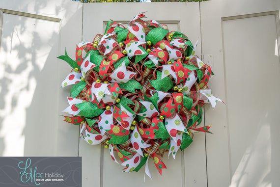 Simple Christmas front door welcome wreath. #doubledoorwreaths Double Door Christmas Wreaths, Double Door Wreaths, Christmas Door Decor, Christmas Door Wreath, Chr #doubledoorwreaths