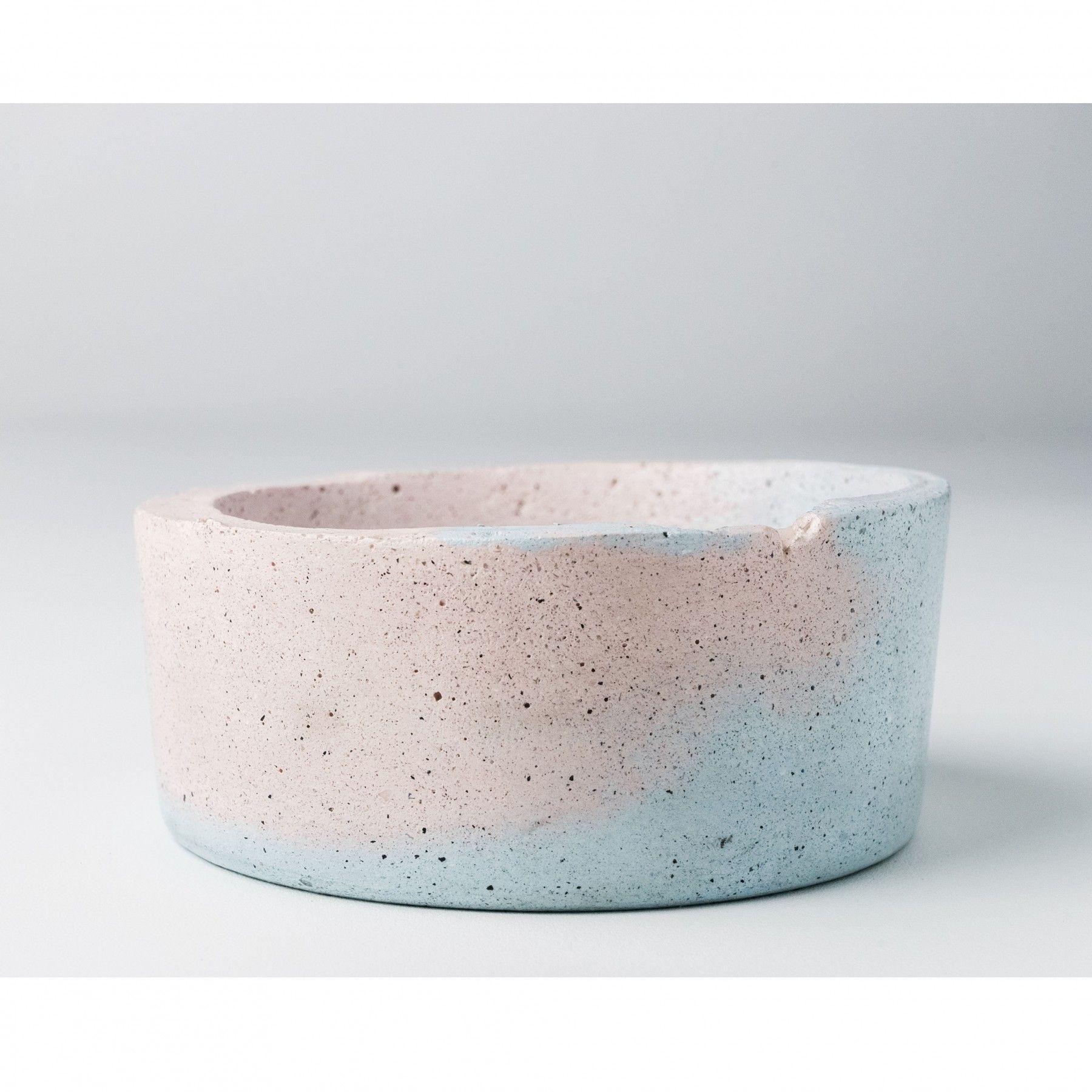 Manilha P - Produzidas em concreto pigmentado com cuidado artesanal em cada detalhe, as peças da Cobalto são únicas. Seus usos são diversos e devem ser reinventados para cada espaço.  Sugestões de uso: vaso, saboneteira, cinzeiro, porta chave, porta bijus, decorativo.