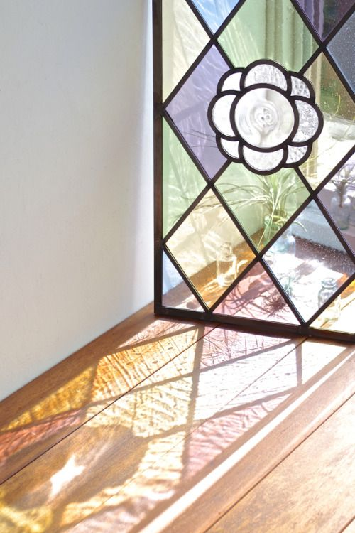 キッチンからご家族の様子が見えるようにとご依頼いただきました。透明度の高い淡色のアンティークガラスがとても美しいステンドグラスのパネルです。ありがとうございました。