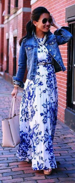 1e6c3b82cda55 Harmonise une veste en jean bleue avec une robe longue à fleurs blanche et bleue  pour un look idéal le week-end. Cute dress. More