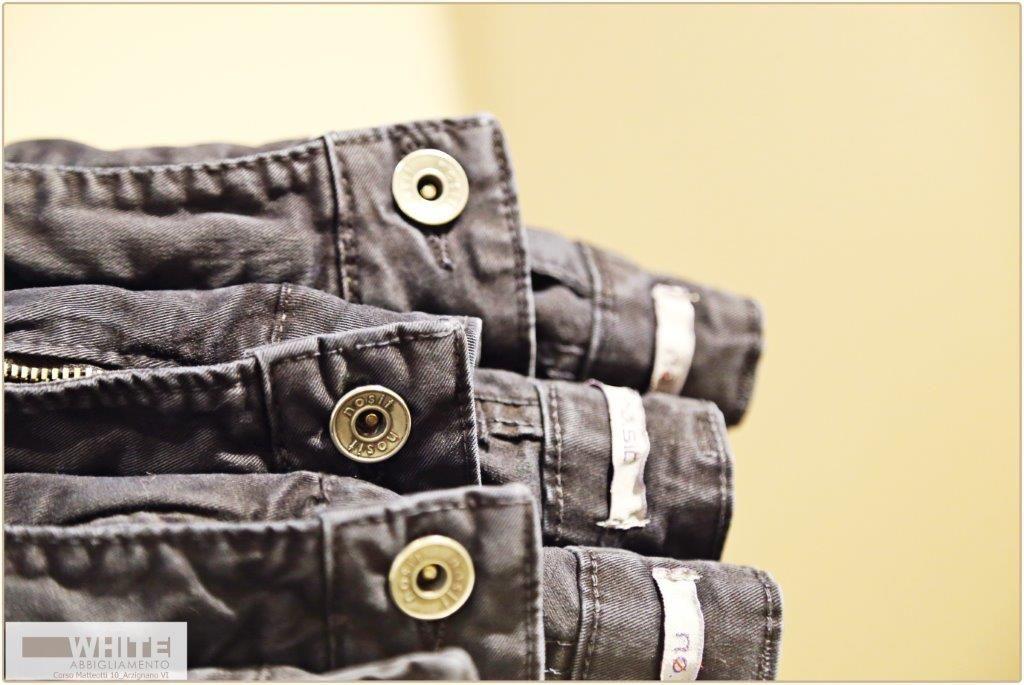 Il jeans è senza dubbio un capo intramontabile, un must obbligatorio nel guardaroba di ogni donna, un capo di cui non ci si stanca mai. Dal più classico blue a tutto il ventaglio di colori quest'inverno il jeans accompagnerà ogni donna.  #negozio #abbigliamento #moda #Arzignano #rinascimento #moteldiffusionemoda #antonello #serio #accessori #altatensione #dixie #donna #vicolo #northland #made #in #Italy #fashion #vestiti #abiti #white