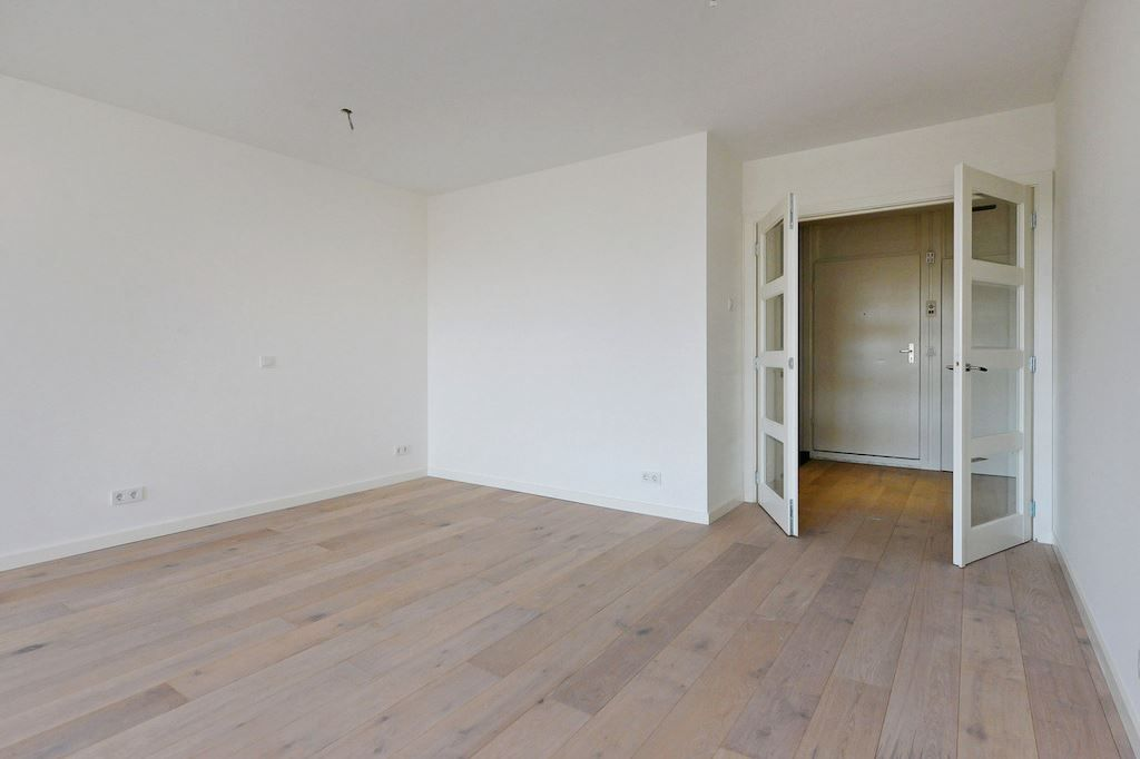 Prachtige leuke studio gelegen aan de Frederikstraat!   Deze net compleet gerenoveerde studio heeft een ware metamorfose ondergaan waardoor er hele leuke moderne ruimte is ontstaan.   Indeling: entree, mk, hal met openslaande deuren naar de studi
