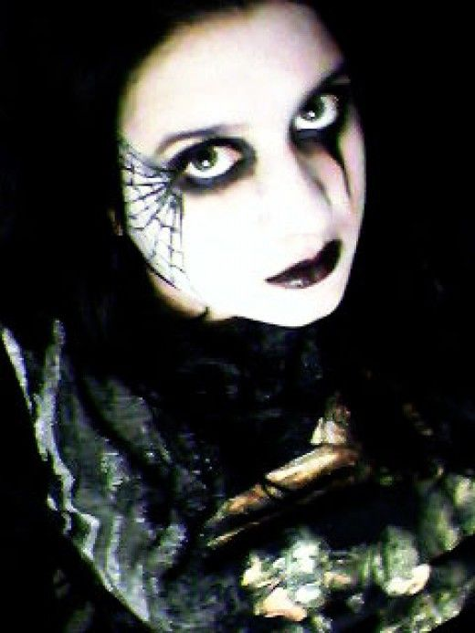 Ideas and steps for applying spider web makeup in different designs. Includes photo gallery and video tutorials.
