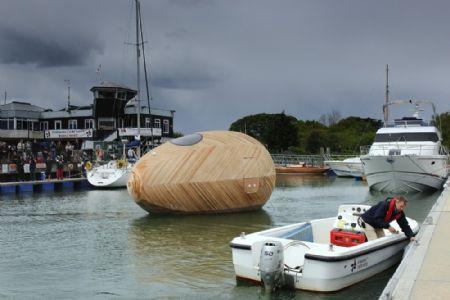 Architectura - Kunstenaar leeft 365 dagen in dobberend houten ei: project Exbury Egg