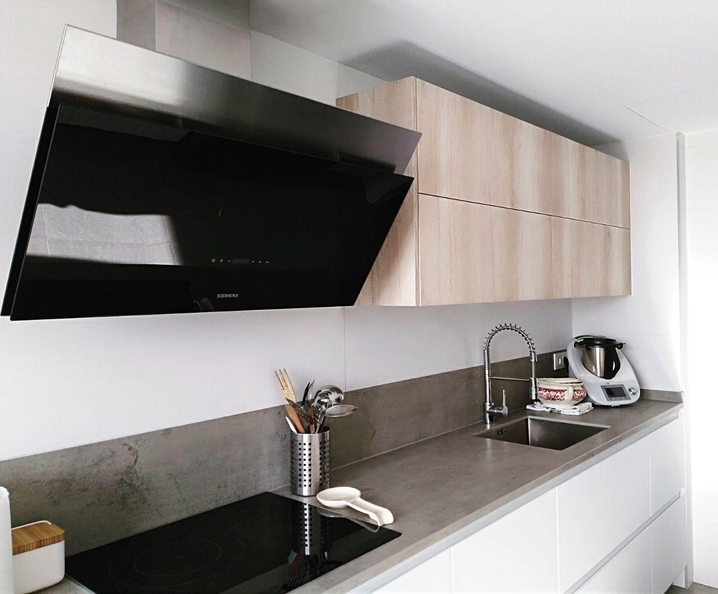 Cocina laca blanca gola en 2019 cocinas cocinas for Encimera de cocina lacada en blanco negro