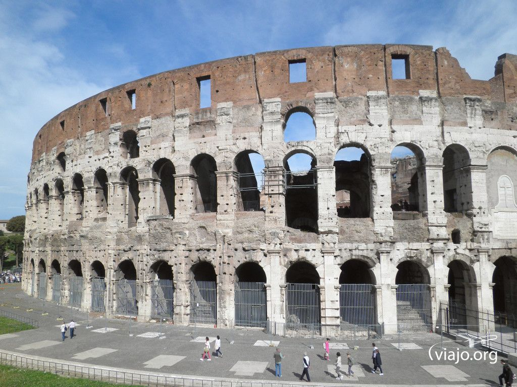 """El Coliseo está ubicado en el corazón de Roma y es uno de los atractivos más importantes de la ciudad. Declarado Patrimonio de la Humanidad por la Unesco en 1980 y en el 2007 una de las 7 Maravillas del Mundo Moderno. Su nombre proviene de una gran estatua cercana el """"Coloso de Nerón"""" en el que originalmente era llamado el Anfiteatro Flavio en honor a la Dinastía Flavia."""