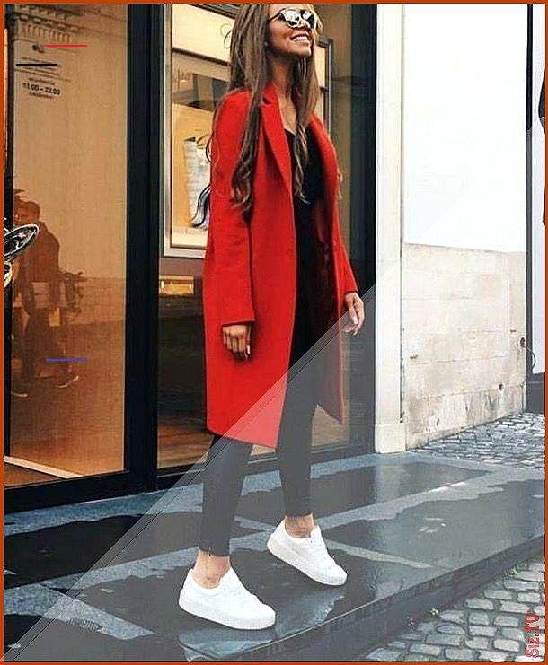 Roter Mantel schwarze Lederleggings wei e Sneakers Streetstyle Stra enmode Roter Mantel schwarze Led...