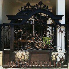 pintu gerbang pagar klasik sederhana yang telah terpasang