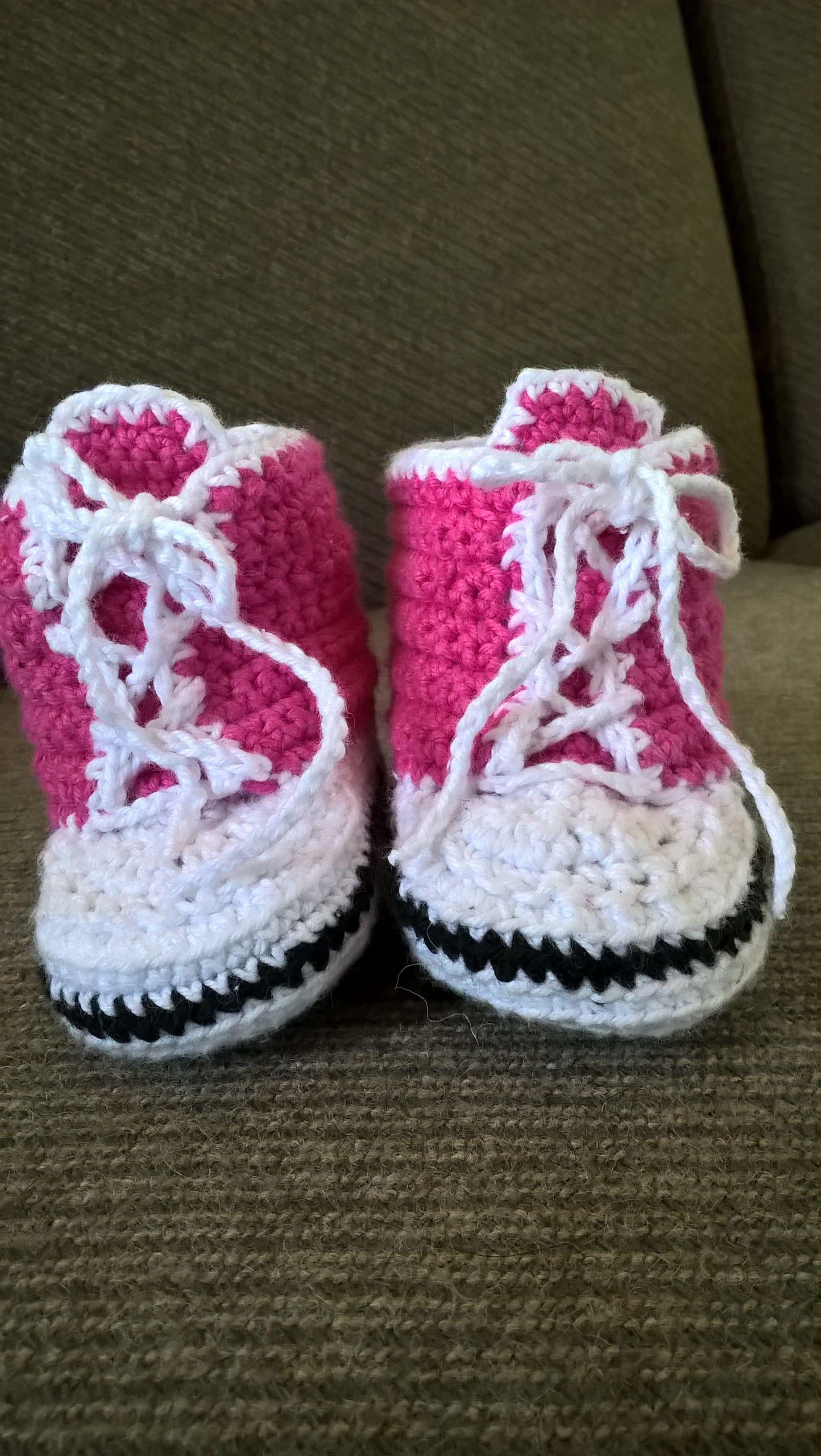Små convers sko til lillepigen - Opskrift http://haekleopskrifter.dk/baby-converse/