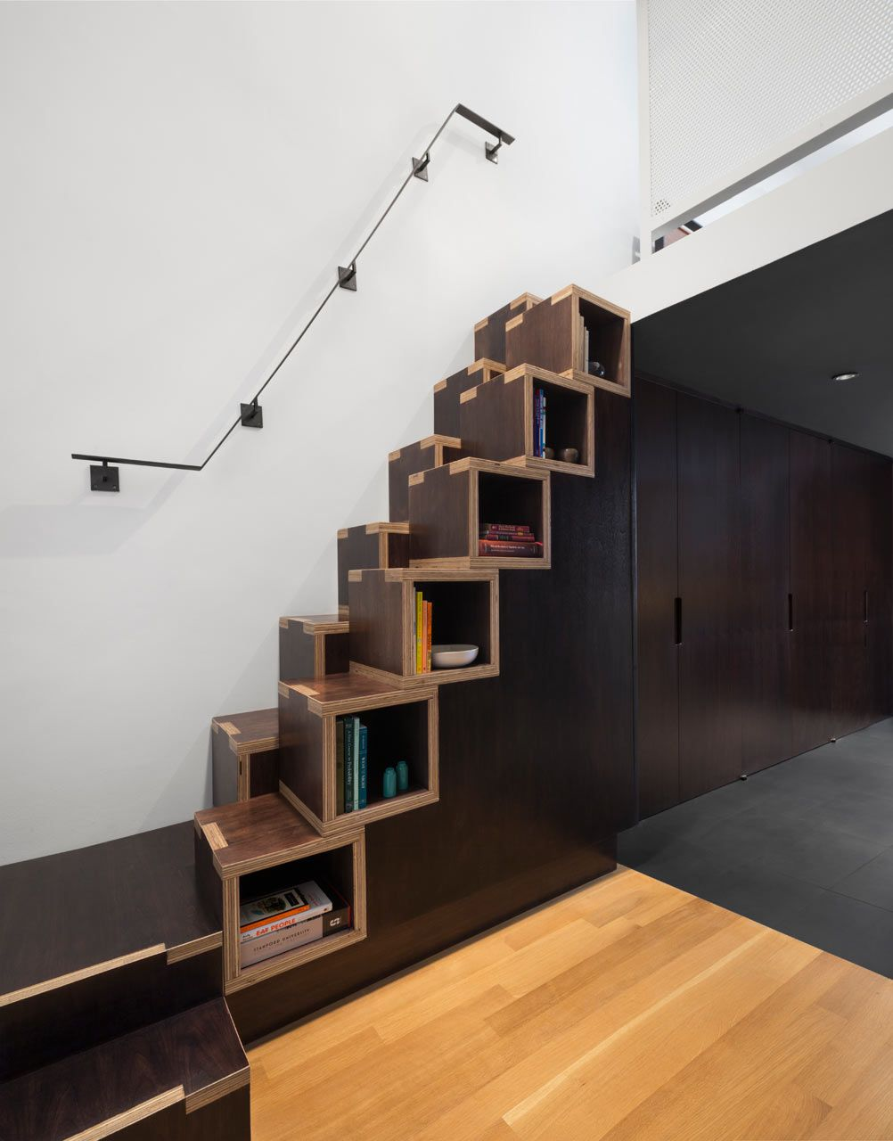 Treppe Und Regal In Einem Möbel Kanten Der Sperrholzelemente Sind Ins Design Mit Einbezogen