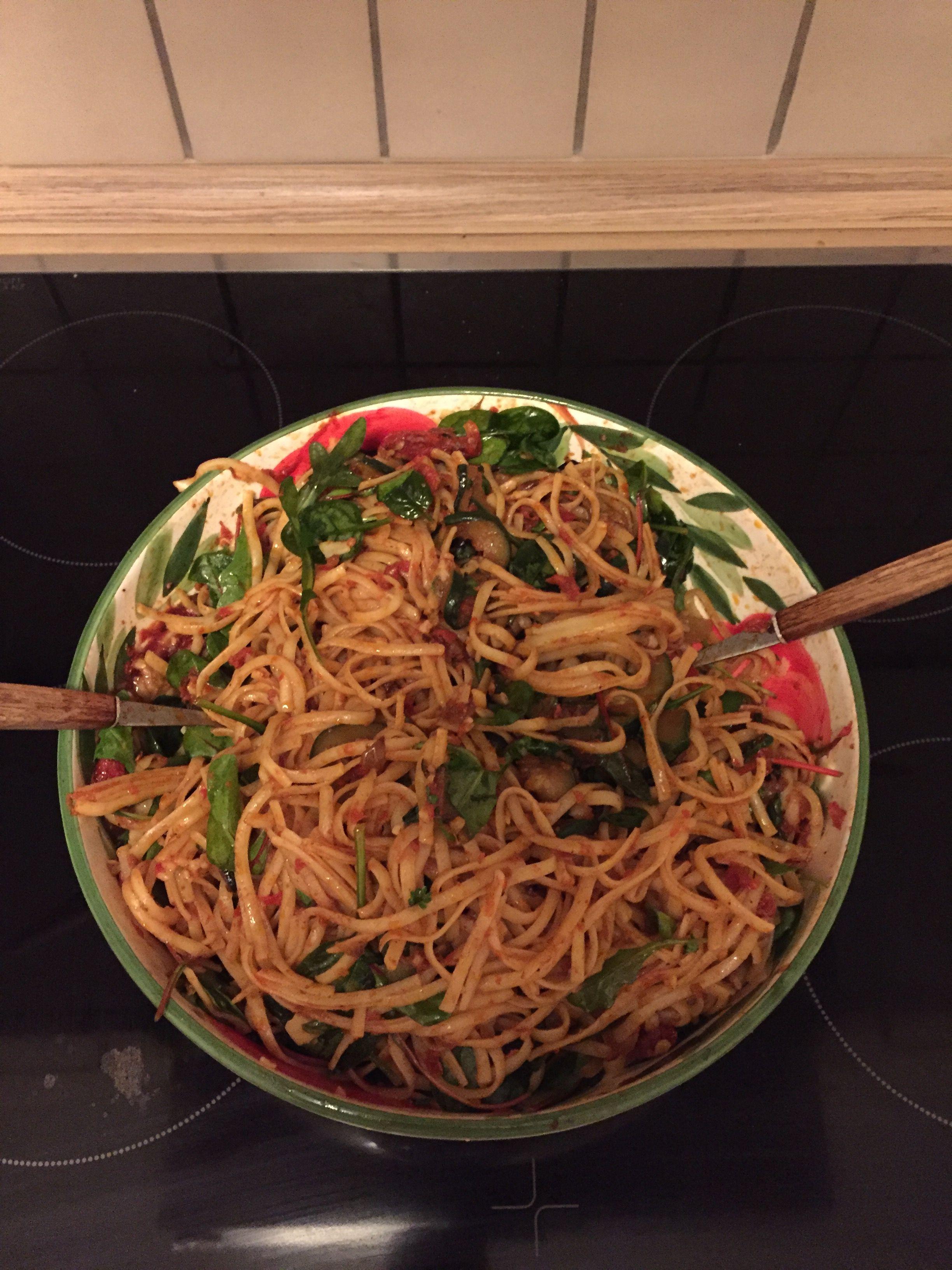 mediterraner nudelsalat mit getrockneten tomaten frischen