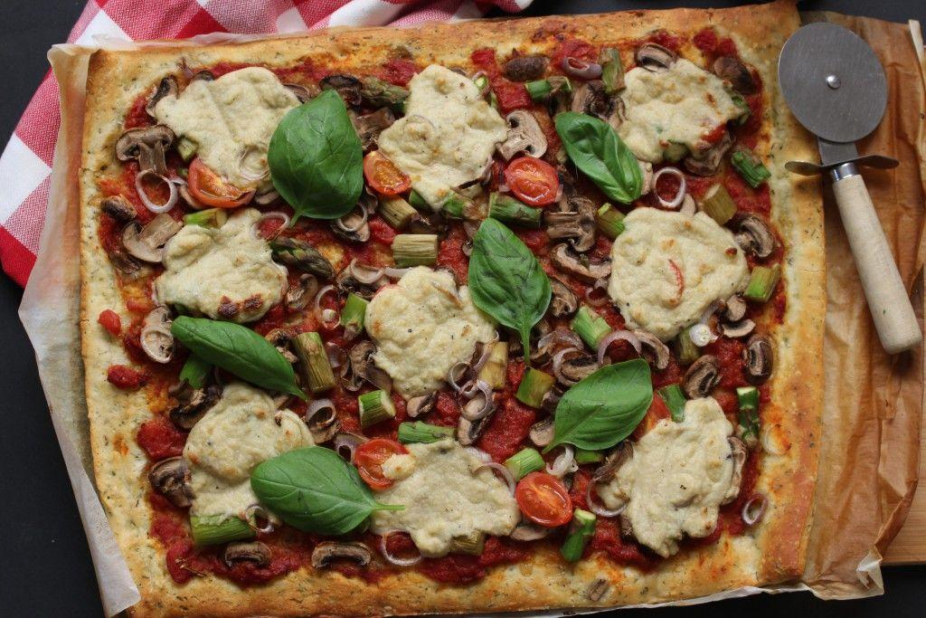 """Pizza vegetariana. Pizza de espargos e cogumelos com """"queijo"""" vegan feito em casa."""