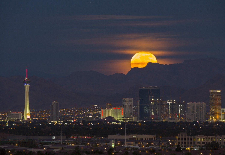 Cold Moon Over Las Vegas Las Vegas Valley Las Vegas Seattle Skyline