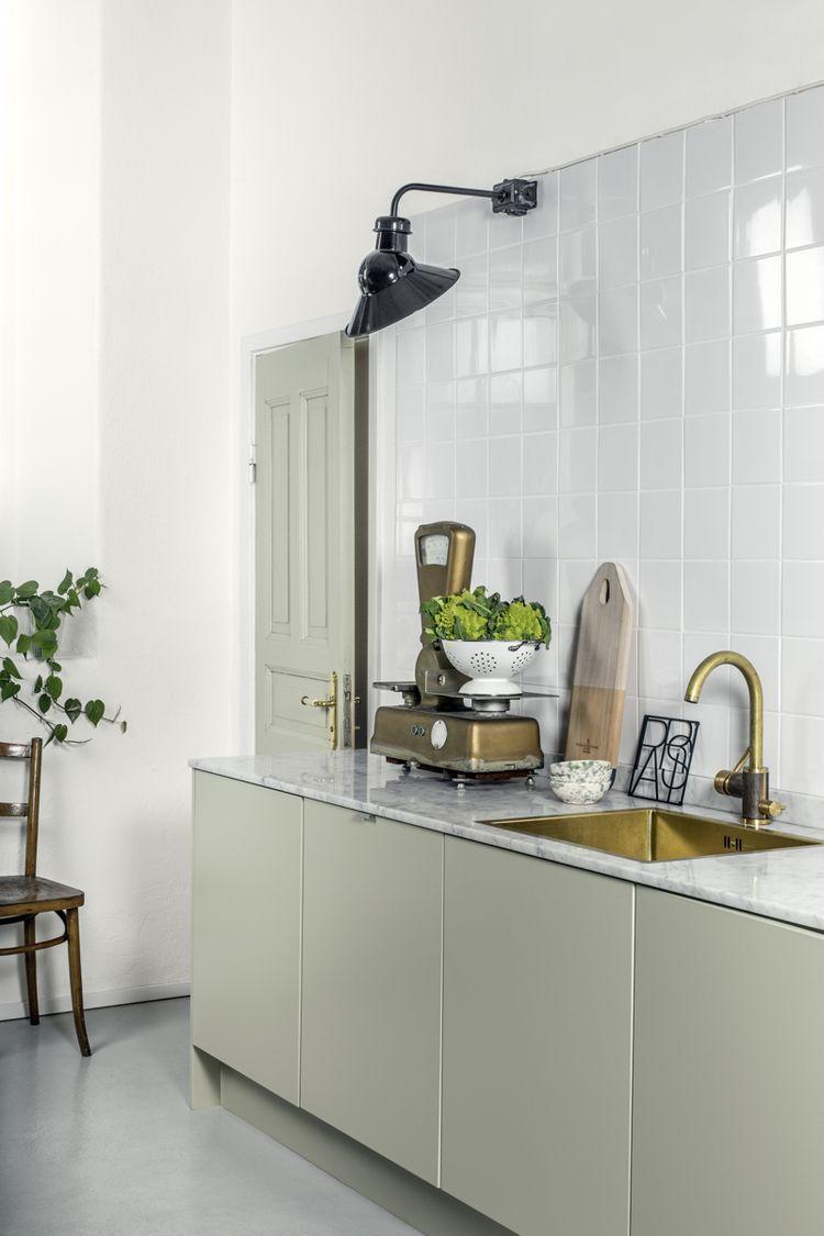 Enkel vit kök med rostfri diskbänk, blandare och diskmaskin ...