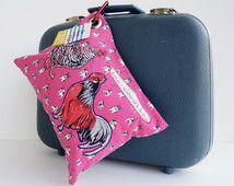 Coussin de voyage. Tissu rose à motifs de bouledogue français.Imprimé de poulettes, les cocottes. L'endos de tissu avec coeurs.Mousqueton.