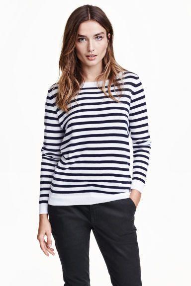 Gebreide trui van linnenmix: Een zachte, fijngebreide trui van katoen/linnenmix met een iets wijdere halsuitsnijding.