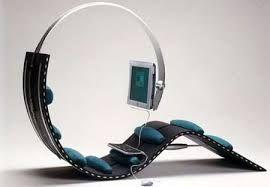 """Surf Chair… cuando navegar en internet puede ser """"toda una experiencia"""" Esta silla especial está diseñado por Kenneth Lylover y fue ganador de la Feria del Mueble escandinavo… y es que tiene un diseño ergonómico que nos asegura la salud de nuestra espalda mediante una serie de almohada colocadas estratégicamente, el teclado y el ratón debe de ser puesto en el regazo del usuario y el monitor está inteligentemente suspendido en frente del usuario… una fuente de placer sin duda."""