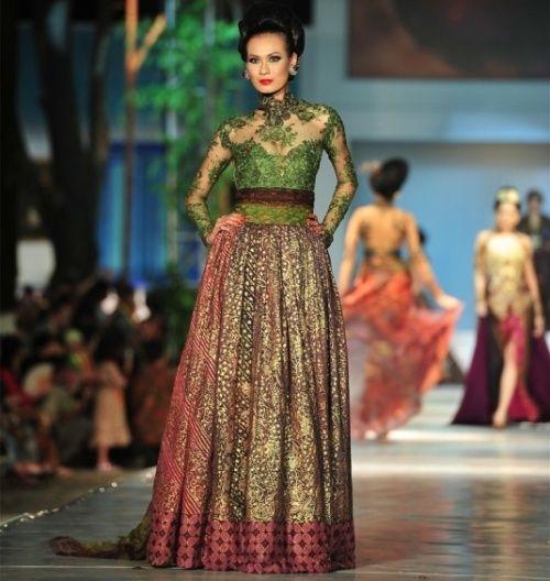 Kebaya Modern Dengan Kombinasi Brokat Dan Batik Karya Anne Avantie