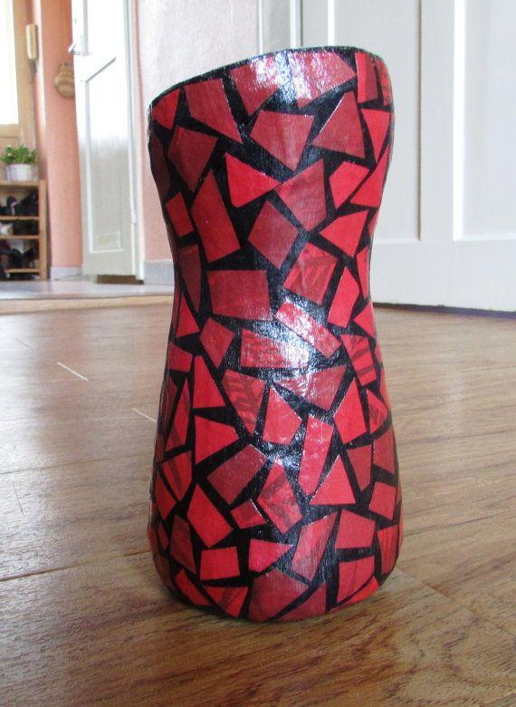 Schwarze Vase mit rotem Muster aus Altpapier / von fantasmania
