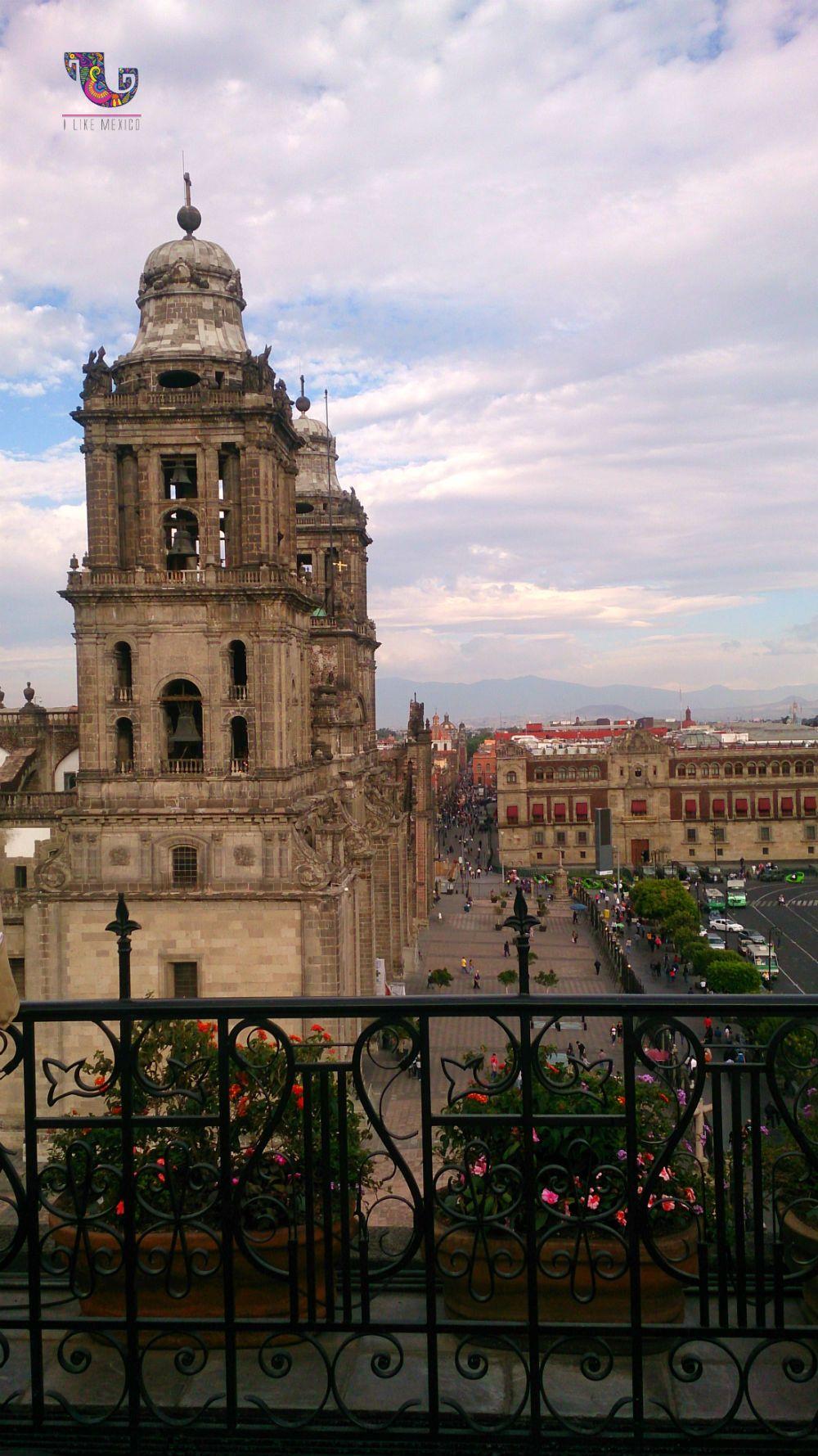 Torres de la Catedral Metropolitana y #Zócalo de la #CDMX. #Turismo #México #Viajes #Landscapes #VíveloParaCreerlo #VistasPanorámicas #Diversión