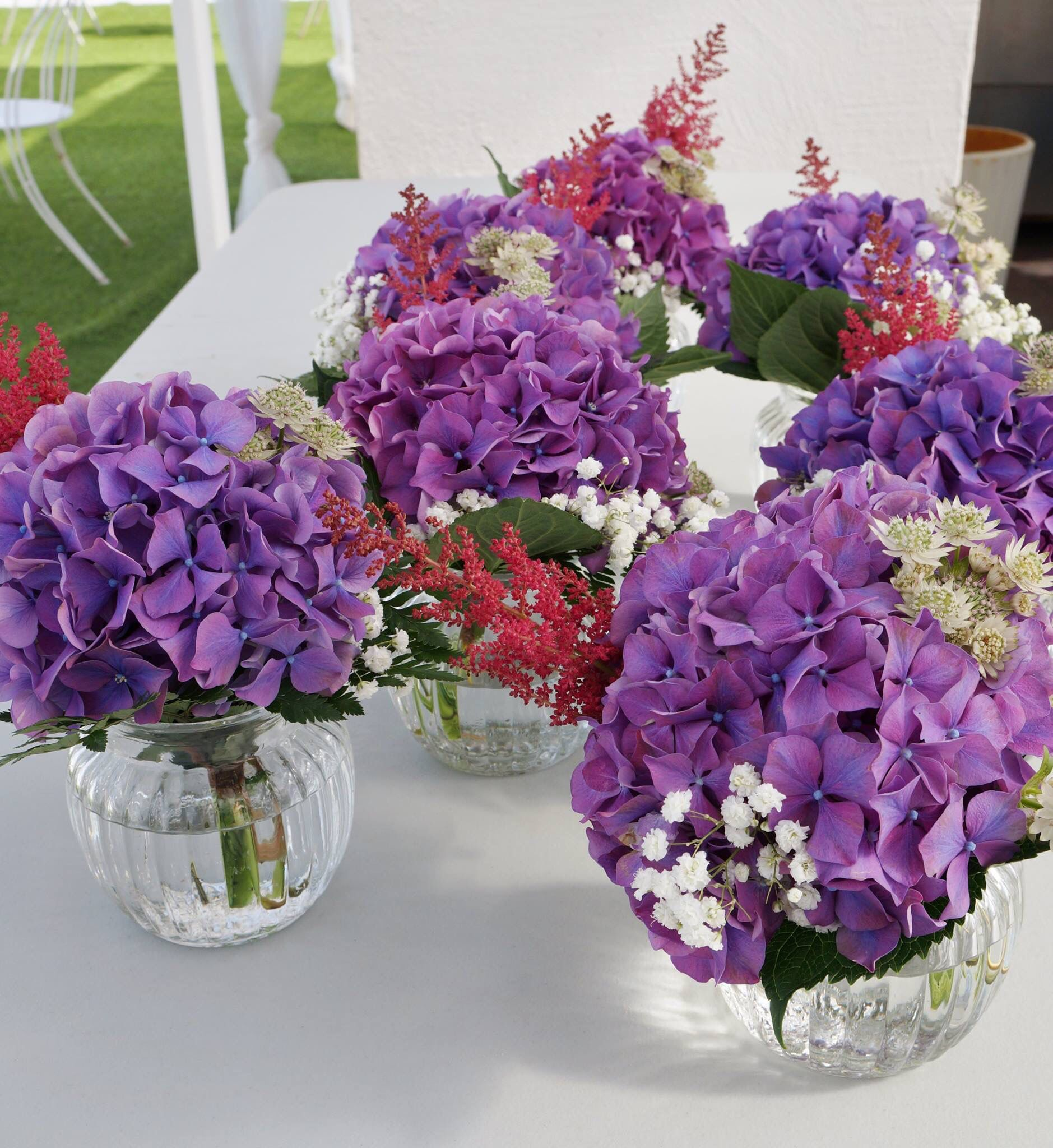 Flores para las mesas del aperitivo / wedding details with purple hydrangea #sitgeswedding #wedding #floral #floweshop #flowershopsitges #flowerarrangement #sitges #bodasitges #arreglosflorales #flores #flors #decor #casaments #bodas #flowers #weddingdetails #purple #weddingdecor #sitgesbodas
