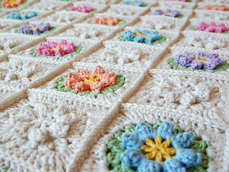 Beautiful granny square free pattern | colchas | Pinterest | Colchas ...