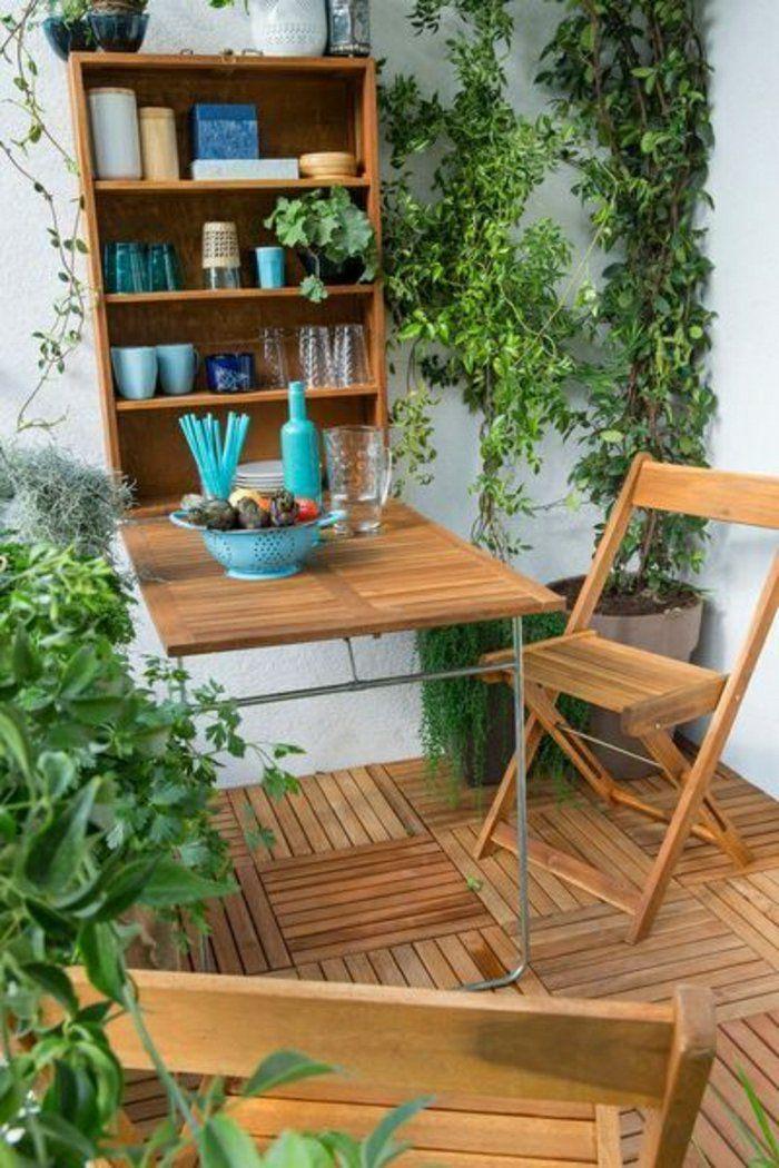 une jolie table en bois pliante pour la terrasse, plantes vertes, balcon magnifique