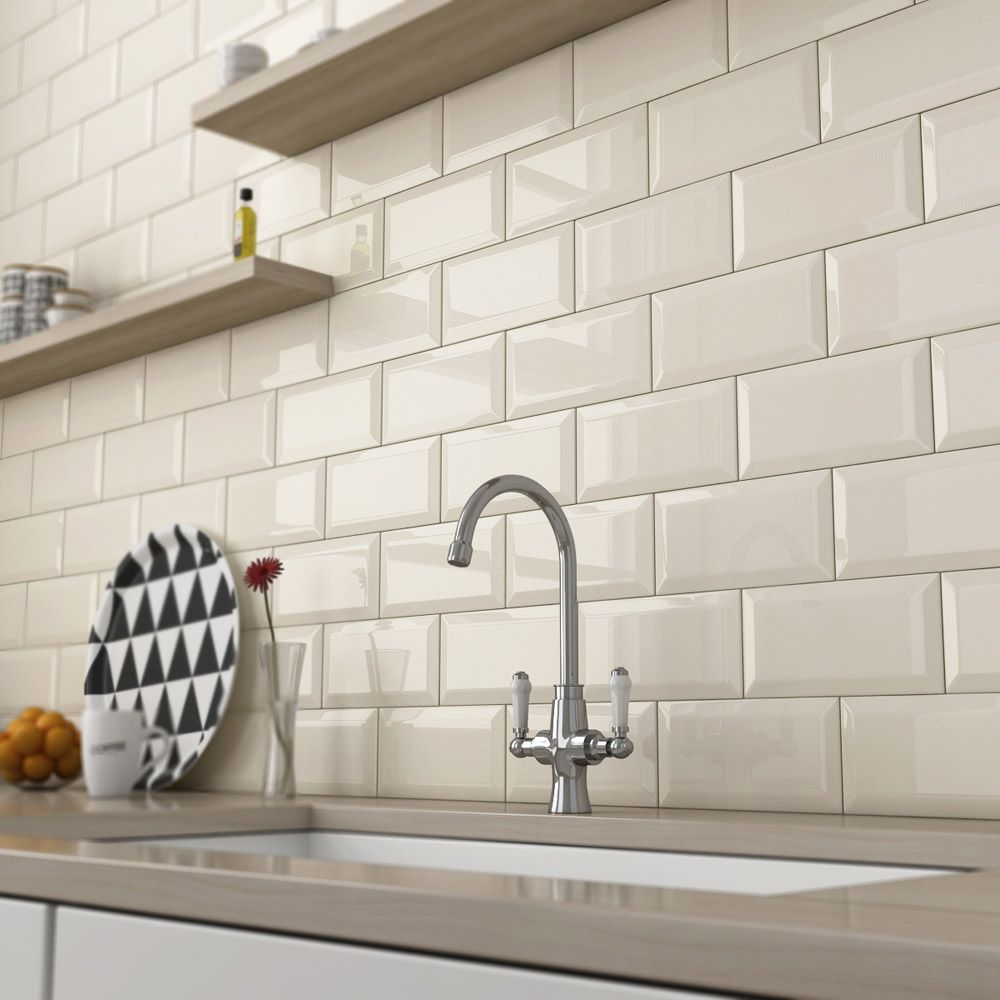 Cocina con banco de silestone y pared revestida en azulejo for Azulejo blanco biselado