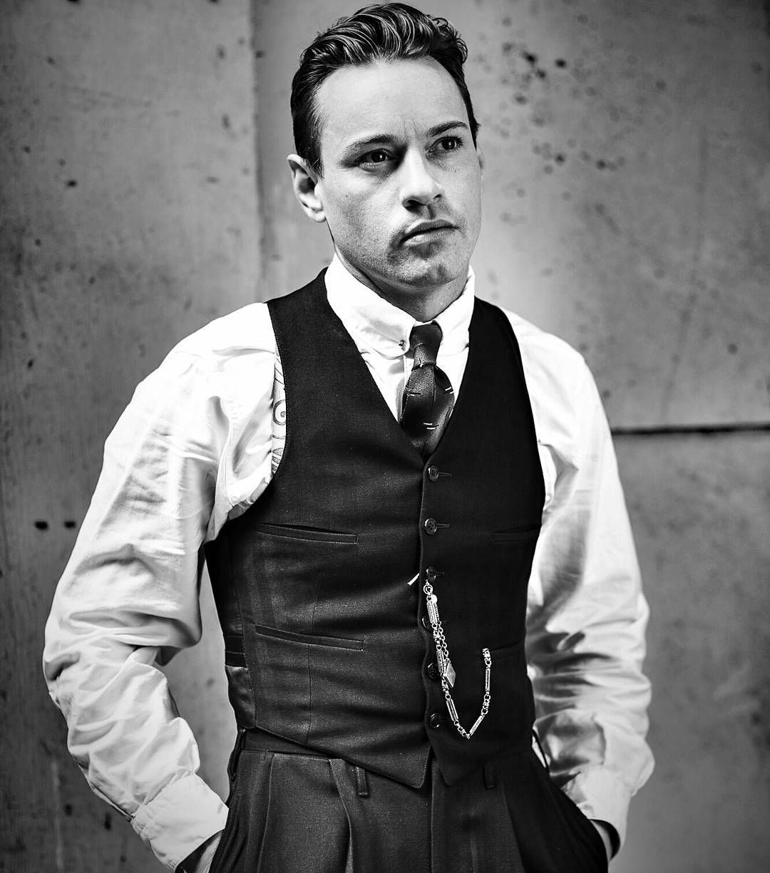 25 Great Gatsby Hairstyles For Men Bring Out The Dapper In You Gatsby Men Outfit Great Gatsby Men Outfit Gatsby Hair