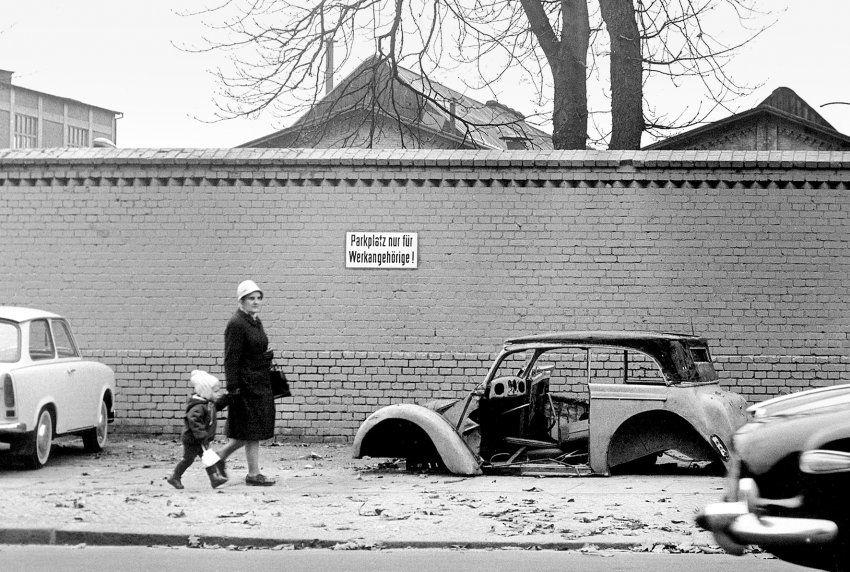 Autowrack in Friedrichshain, 1967: Auf ein Auto musste man ...