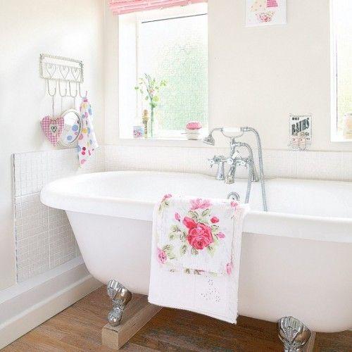 Vintage bath - I love the rose towel <3