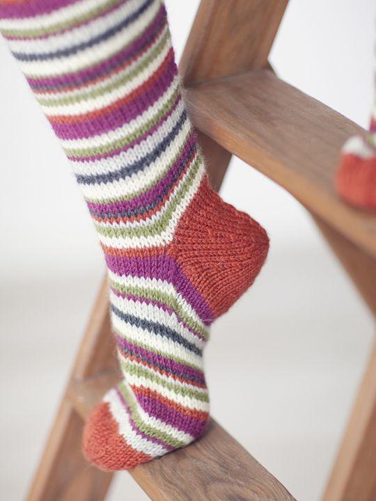Polvisukat perinteisesti raidoittaen Novita 7 Veljestä | Novita knits