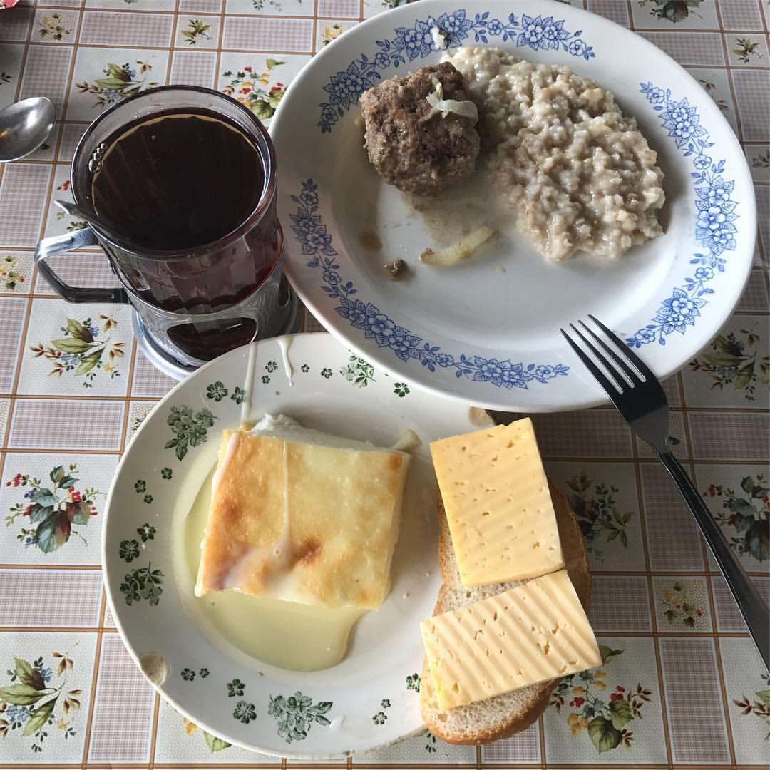 завтрак чай с бутербродом